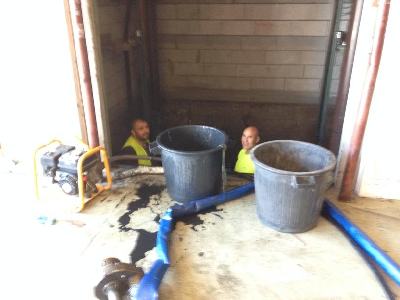 Nettoyage et pompage d'eau stagnante dans une cage d'ascenseur